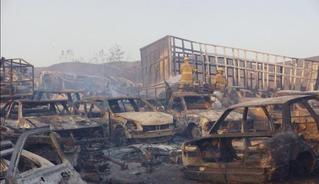 400 vehículos son consumidos por un incendio en un corralón en Oaxaca (Twitter @SSPO_Tunon)