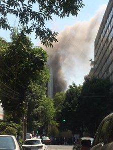 Peritos de la Procuraduría General de Justicia de la Ciudad de México determinarán la causa de este incendio. (Twitter: @Miky1975_)