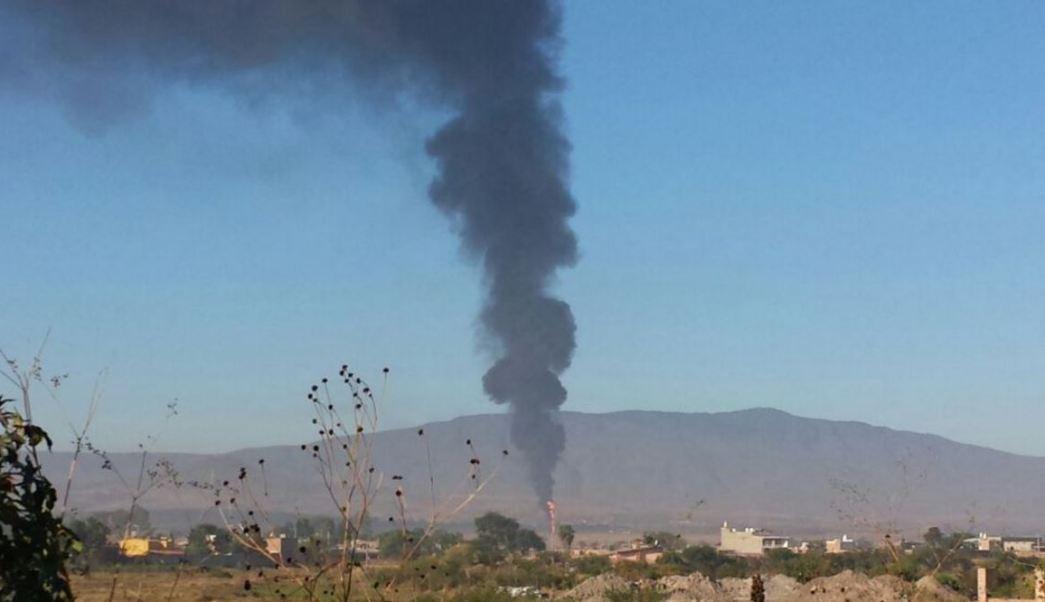 Incendio por toma clandestina en ducto de Pemex en Jalisco (Twitter @TelevisaGDL)