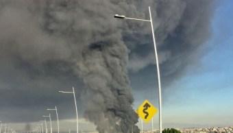 La enorme columna de humo negro del incendio se pudo ver a varios kilómetros de distancia (Twitter @webcamsdemexico)