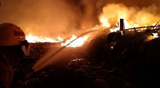 Bomberos trabajan para sofocar el fuego (Twitter@informador_JAL)