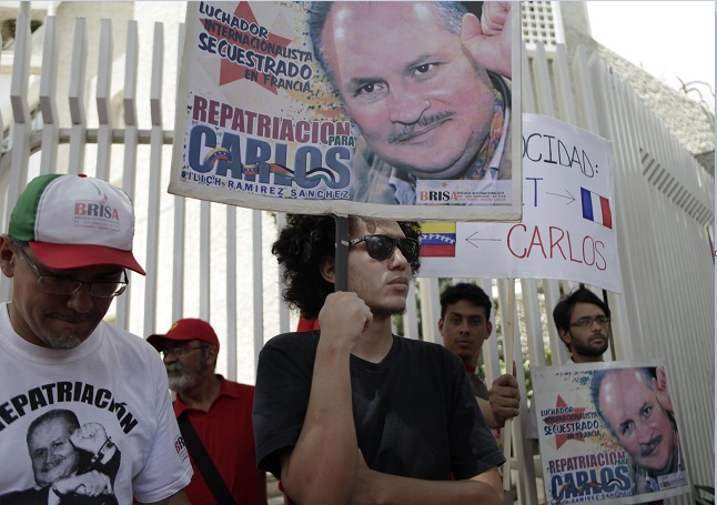 """Manifestantes venezolanos protestan frente a la embajada francesa en demanda de la repatriación de Ilich Ramírez Sánchez, mejor conocido como Carlos """"El Chacal"""" (AP, archivo)"""