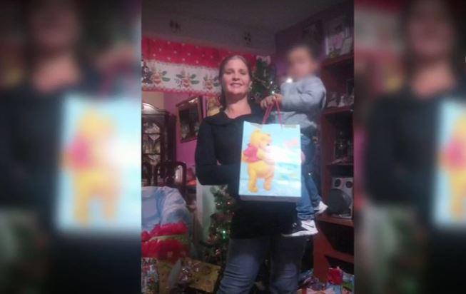 Jessica Nalbach, ciudadana estadounidense que emigró a México, con uno de sus dos hijos (Noticieros Televisa)