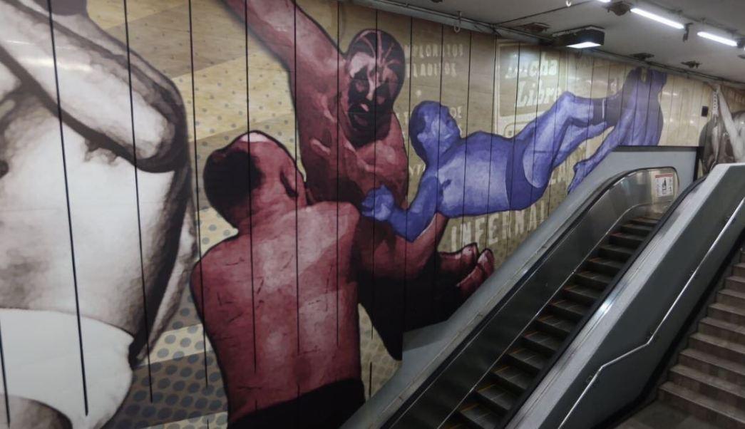 """Más de dos mil metros cuadrados de superficie de la estación Guerrero, abarcan un mural que parte del techo y columnas fueron tapizados con representaciones de """"llaves de la lucha libre"""". (@GobCDMX)"""