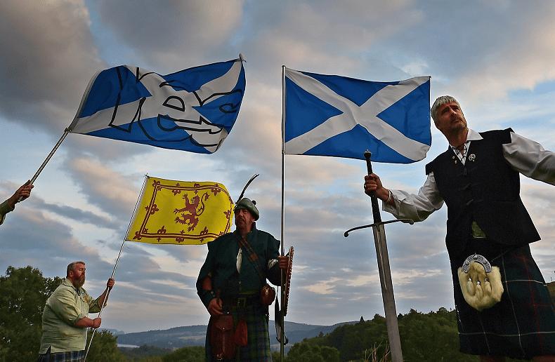 Ciudadanos escoceses ondean banderas en Edimburgo, Escocia, con la esperanza de ser independientes de Gran Bretaña en un referéndum (Getty Images)