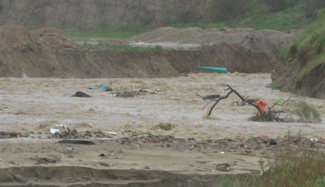 Se reportaron deslaves, inundaciones en calles y avenidas, así como decenas de casas afectadas en colonias de Tijuana. (Twitter: @canal12tijuana)