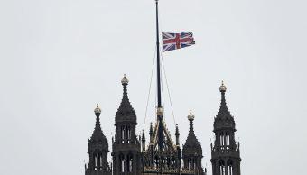 La Bandera del Reino Unido ondea a media asta en la Cámara de los Lores. (AP)