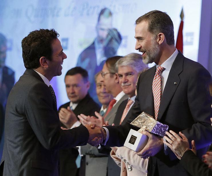 El periodista Carlos Loret de Mola recibe, de manos del rey Felipe VI, el Premio Rey de España de Periodismo en la categoría de Televisión. (EFE)