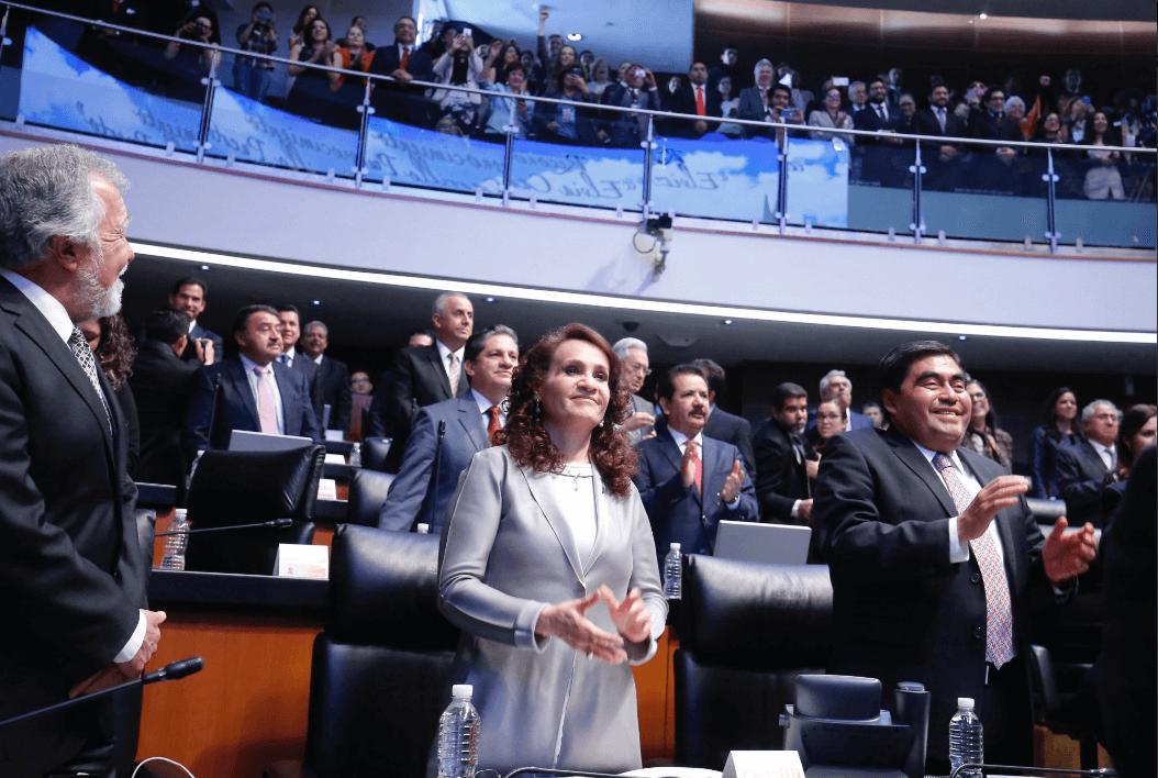 El grupo de 12 senadores que abandonó el grupo legislativo perredista anunció la conformación de un Bloque Legislativo que será coordinado por Raúl Morón. En la imagen, Dolores Padierna y Miguel Barbosa. (@MBarbosaMX, Archivo)