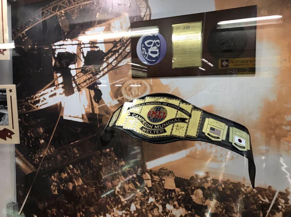 La exposición también incluye una vitrina con objetos del Consejo Mundial de la Lucha Libre. (@GobCDMX)