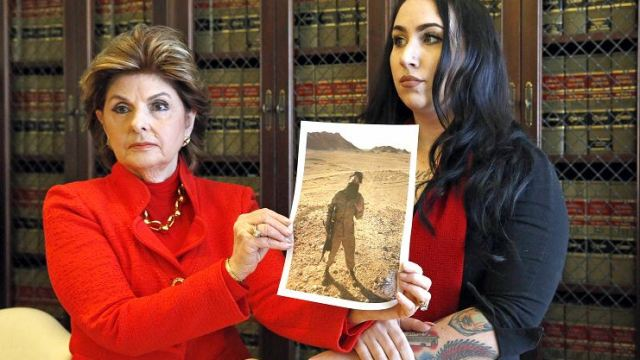 La ex Marine, Erika Butner, y la abogada Gloria Allred tienen fotos de Butner en uniforme, mientras ella y otra mujer Marine, aún en servicio dijeron que había fotografías de ellas desnudas publicadas en internet sin su consentimiento. (AP, archivo)