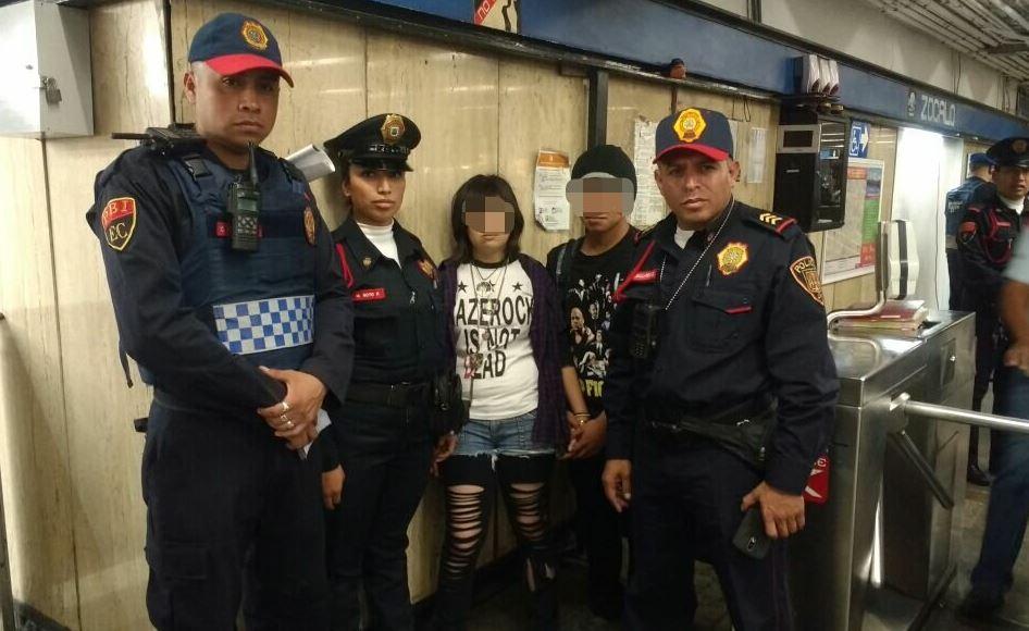 Policías capitalinos evitan que una joven se arroje a las vías del Metro en la estación Zócalo, de la Línea 2. (@MetroCDMX)