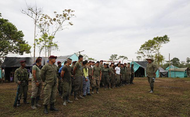 Miembros de las Fuerzas Armadas Revolucionarias de Colombia, FARC, se reúnen en su campamento en La Carmelita. (AP/archivo)
