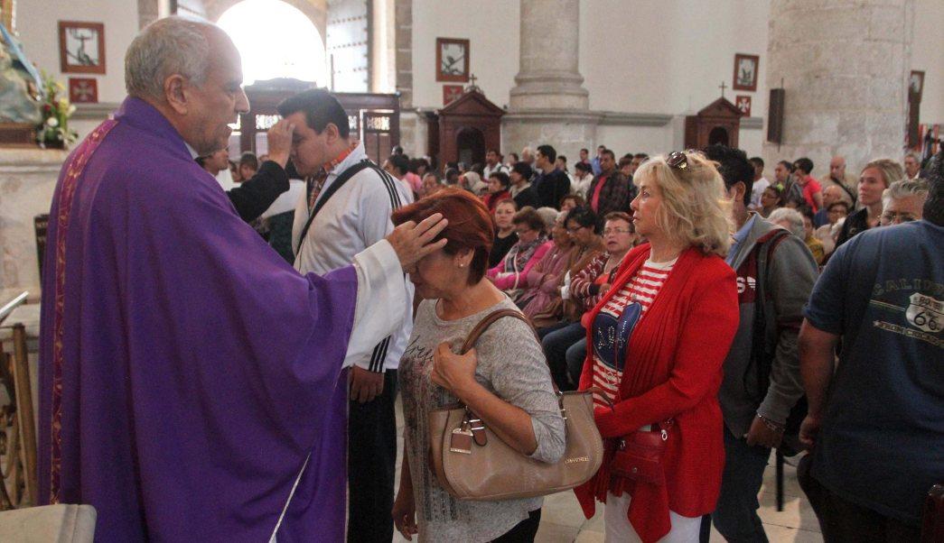 Feligreses acude a un templo para tomar ceniza; el periodo de Cuaresma inicia con el Miércoles de Ceniza