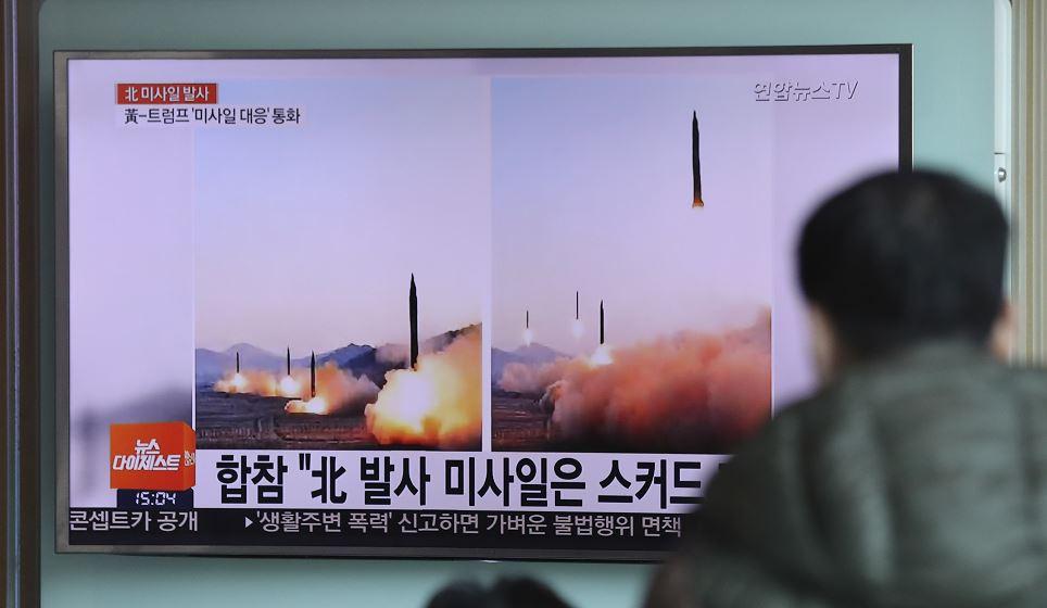 Corea del Norte lanzó cuatro misiles balísticos al océano cerca de Japón en un ensayo. (AP)