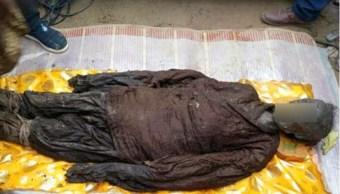Momia de 500 años de antigüedad es hallada en la localidad de Zhoukou, China; también encuentran algunos objetos fúnebres (Twitter @SCMP_News)