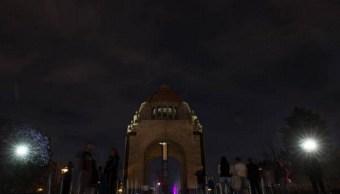 Monumento a la Revolución es visto después de que sus luces fueron apagadas durante la Hora del Planeta organizada por el Fondo Mundial para la Naturaleza (WWF) en marzo de 2016 (Getty Images/archivo)