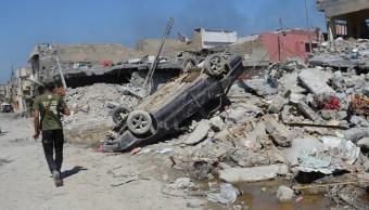 Un coche destruido se ve después de un ataque aéreo de tropas de EU contra el Estado Islámico en Mosul, Irak (Reuters)