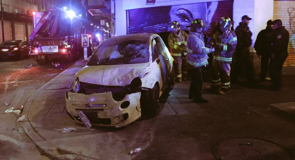 Los primeros reportes indican que en el auto viajaba una mujer, quien fue remitida a las autoridades (Twitter @retioDF)