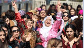 Mujeres se manifiestan en el Día Internacional de la Mujer en Diyarbakır, Turquía. (Reuters)