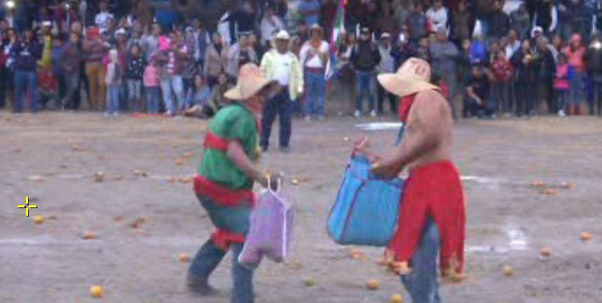 Cada participante carga en su bolsa 25 naranjas, a la señal, niños, mujeres y hombres corren para iniciar la lucha cuerpo a cuerpo (Noticieros Televisa)