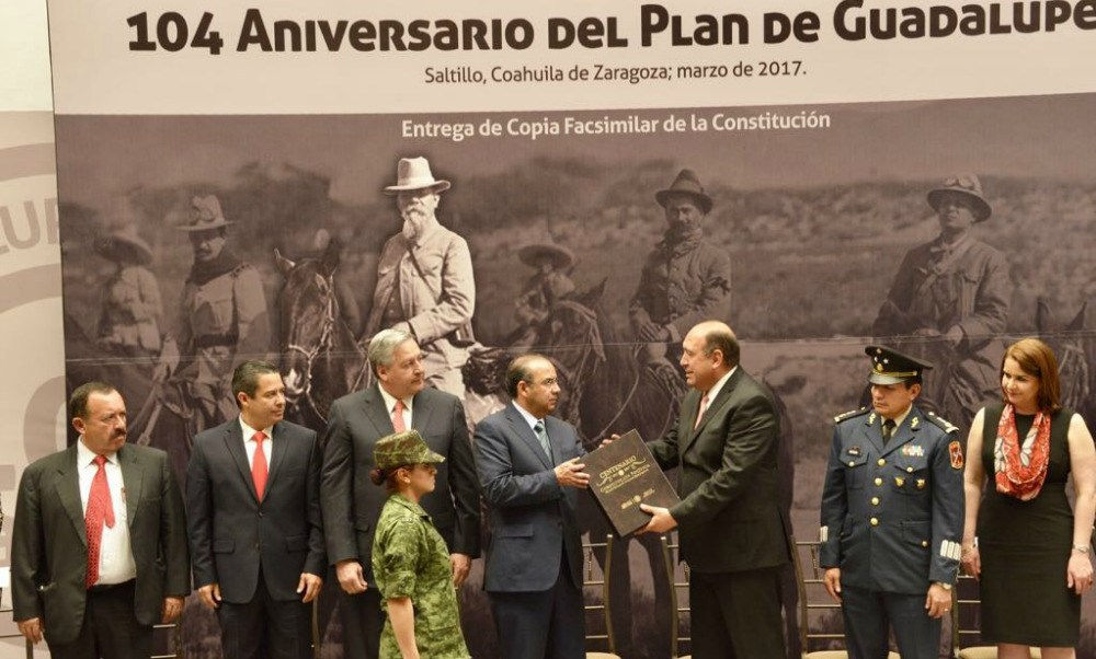 Entrega de Facsímil de la Constitución de 1917 al Gobierno de Coahuila. (STyPS)