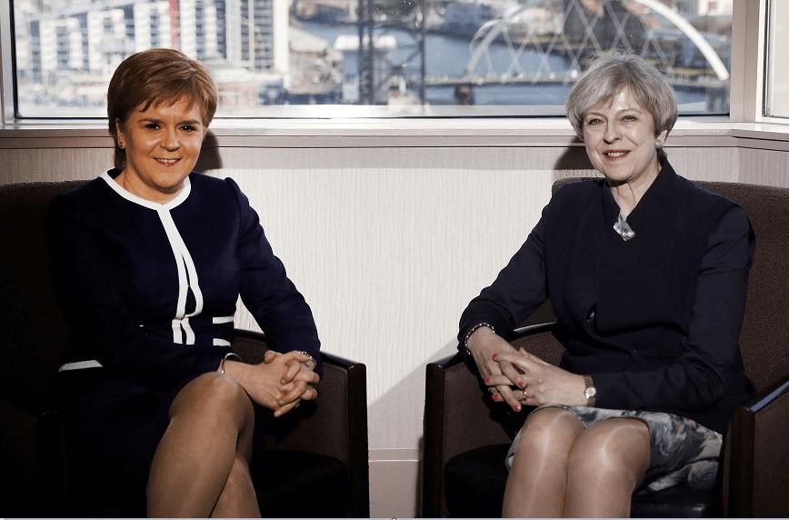 Nicola Sturgeon, ministra principal del gobierno de Escocia y Theresa May, primera ministra de Reino Unido. (Reuters)