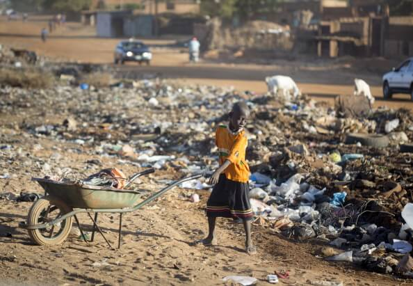 Un niño recoge basura en Niamey, Nigeria. (Getty images, archivo)
