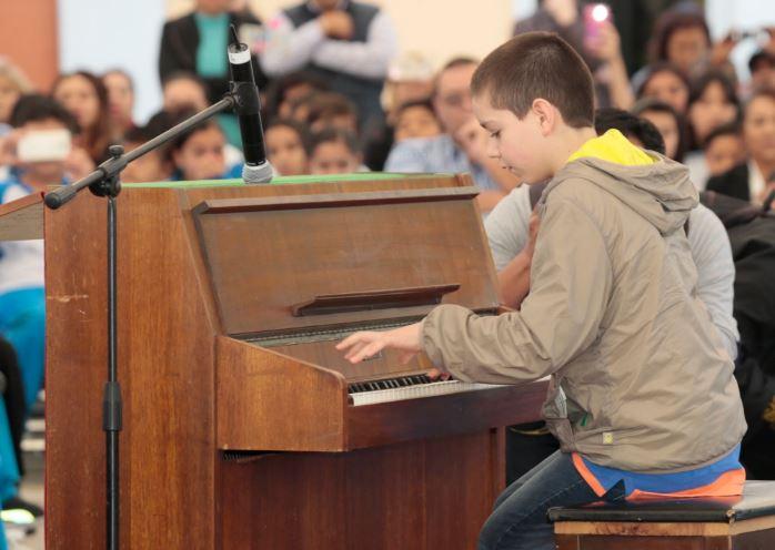 Niño pianista Sergio Vargas Escoruela interpreta 'Fantasía Impromptu', de Chopin, en la escuela primaria Ignacio Zaragoza. (Twitter/ @aurelionuno)