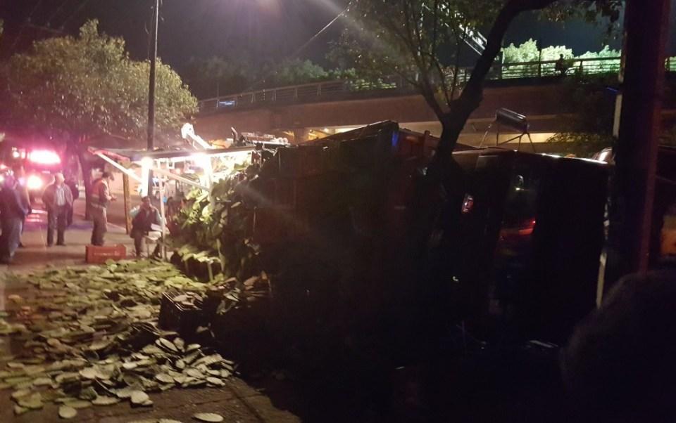 Camión vuelca sobre Prolongación División del Norte; el incidente no deja lesionados (Twitter @rAnger_gp)
