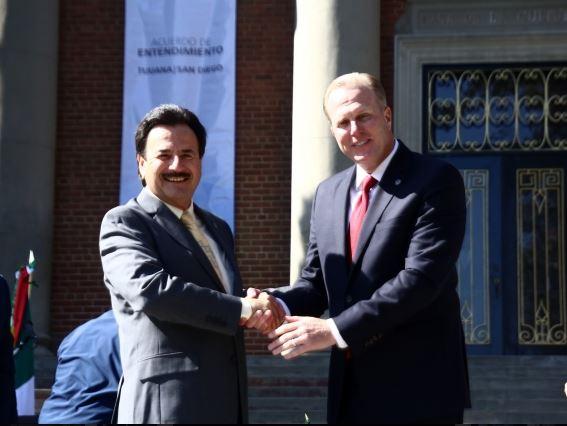 El edil de Tijuana, Juan Manuel Gastélum Buenrostro y el alcalde San Diego, Kevin Faulconer, firman un acuerdo de entendimiento para fortalecer los lazos económicos. (Notimex)