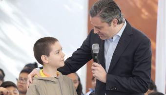 Nuño presenta a niño pianista en la primaria Ignacio Zaragoza de la CDMX. (Twitter/@aurelionuno)