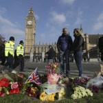 Ofrenda floral en honor a las víctimas del atentado del miércoles pasado frente al Parlamento británico. (AP)