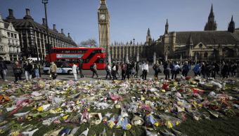 Ofrendas florales para las víctimas del atentado en Londres. (AP)