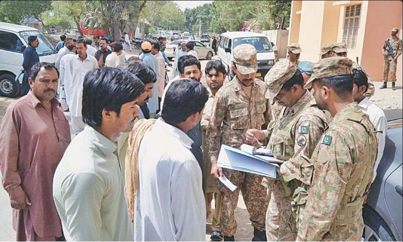 Militares ayudan a realizar el censo de población en Pakistán