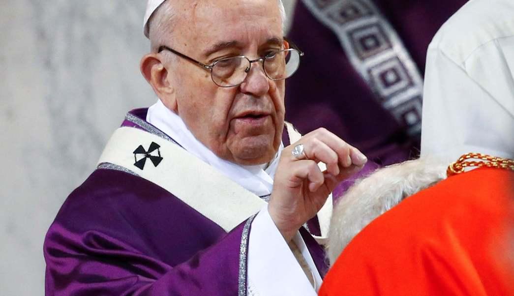 El papa Francisco pone la cruz de ceniza en la cabeza de un cardenal durante la misa del Miércoles de Ceniza en la basílica de Santa Sabina, en Roma, Italia..(Reuters)