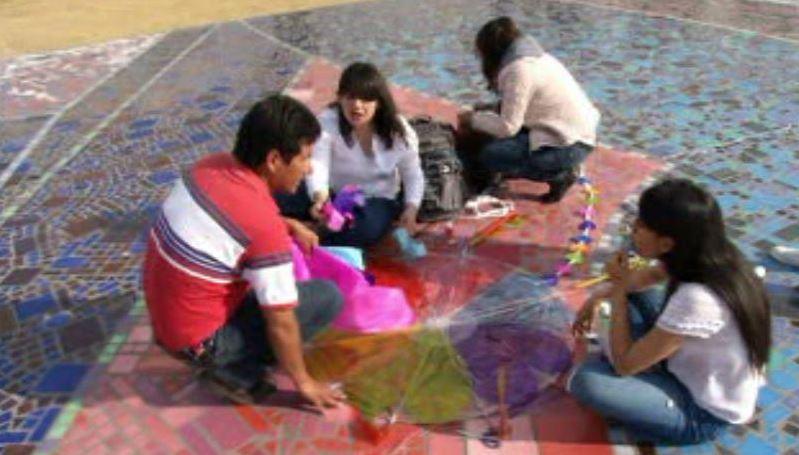 Los participantes dejaron volar su imaginación y crearon papalotes de diferentes formas (Noticieros Televisa)