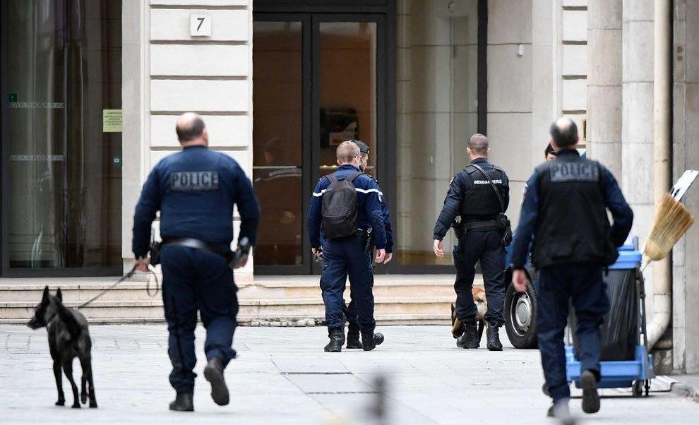 Una llamada anónima alertó sobre la supuesta presencia de una bomba en el lugar. (Twitter@BFMTV)