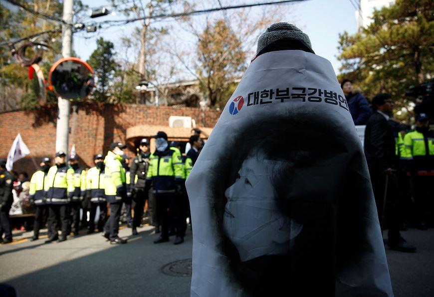 Los seguidores de la exmandataria Park Geun-hye se enfrentan a la Policía y a periodistas para tratar de impedir que varios fotógrafos tomarán imágenes del interior de la casa de la expresidenta, situada en el exclusivo distrito de Gangnam. (AP)