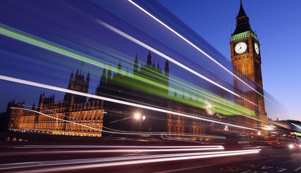Un autobús viaja a lo largo del puente de Westminster en las inmediaciones del Parlamento británico (Getty Images)