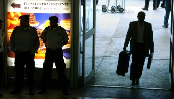 Un pasajero entra con su maleta al Aeropuerto Internacional de la Ciudad de México, AICM (Ap, archivo)