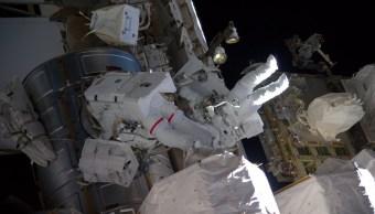 Peggy Whitson, astronauta de la NASA, realizó el octavo paseo espacial de su carrera este jueves en la Estación Espacial Internacional. (Twitter @Thom_astro)