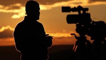 Un periodista trabaja del lado turco durante los enfrentamientos en la ciudad fronteriza siria de Kobani (Getty Images)