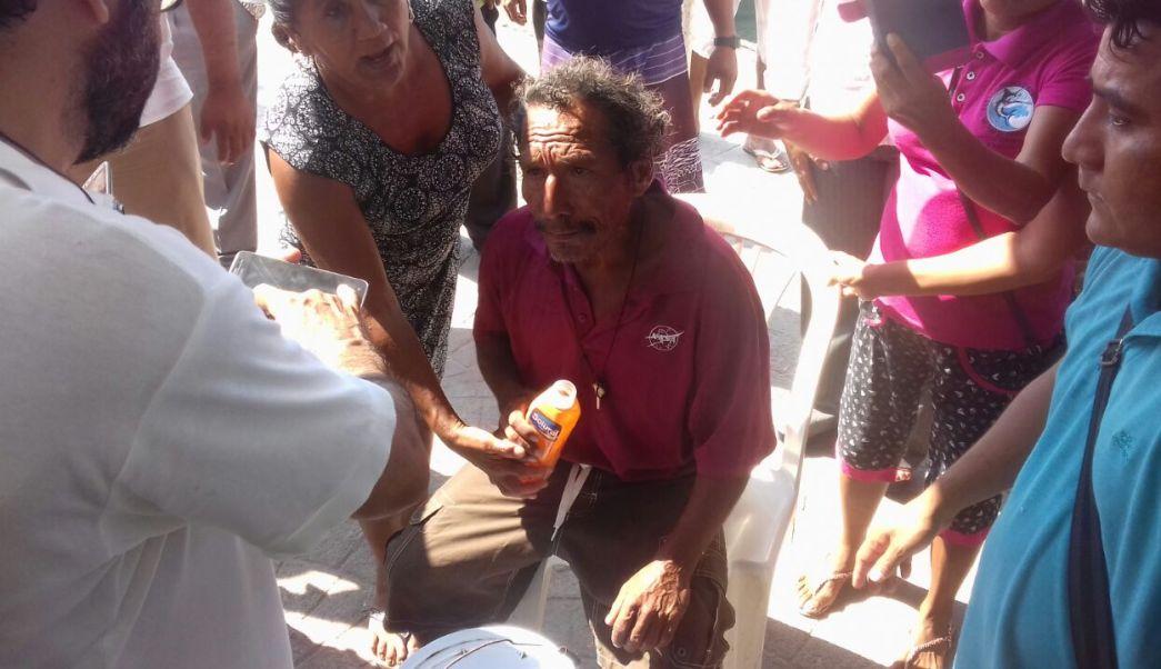 Personal de urgencias auxilia a uno de los pescadores desaparecidos en Huatulco (Gobierno de Oaxaca)