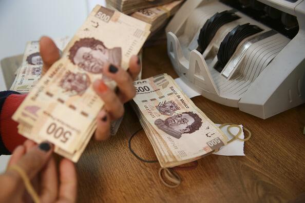 En minutos, las palabras de Ross influyeron a que el peso mexicano se apreciara en más de dos por ciento y bajara hasta los 19 pesos con 52 centavos por dólar. (Getty images, archivo)
