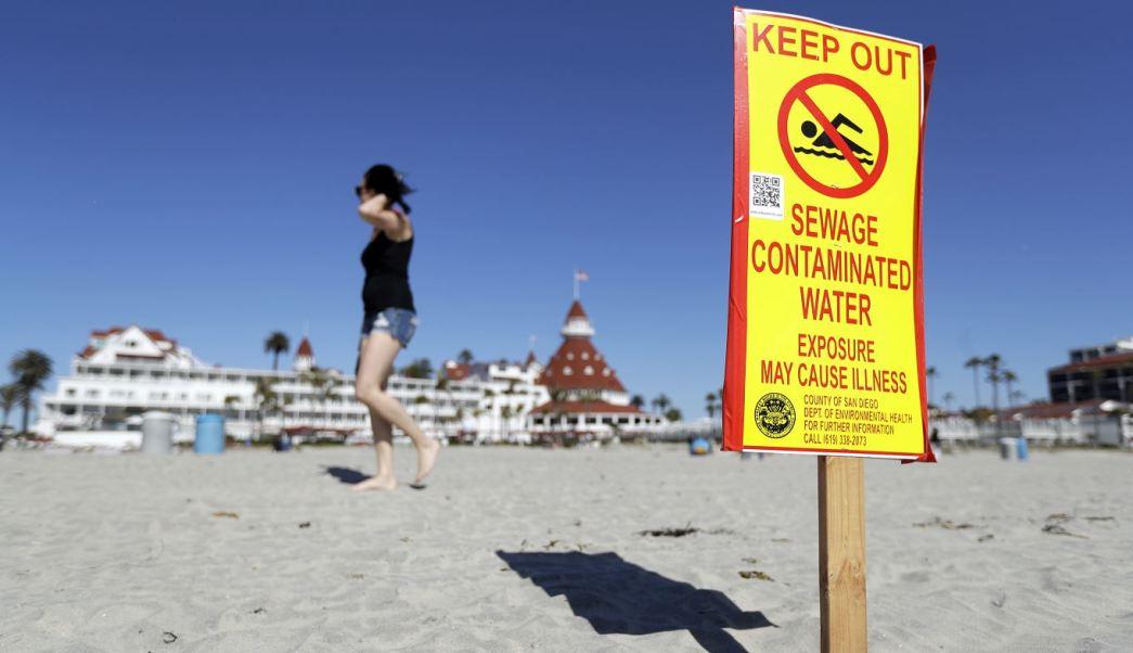 Los efectos de las aguas negras de Tijuana comenzaron a ser visibles en Imperial Beach, en California. (AP)