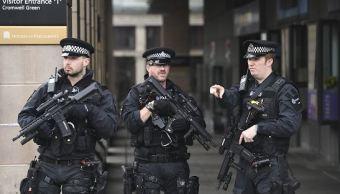 Policías armados montan guardia cerca del Parlamento en Londres, Reino Unido. (EFE/archivo)