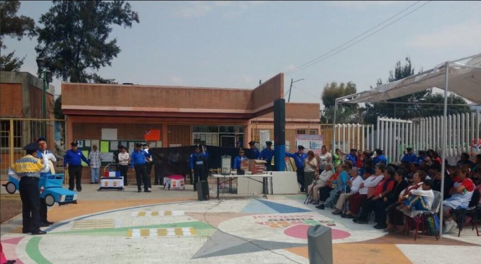 Policías de la Ciudad de México realizan actividades con niños y jóvenes en escuelas para prevenir la violencia o adicciones (Twitter @SSP_CDMX)