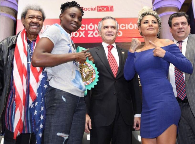 Con la presencia del promotor Don King fue presentada la función de boxeo que se realizará este sábado en el Zócalo capitalino. (@ManceraMiguelMX)