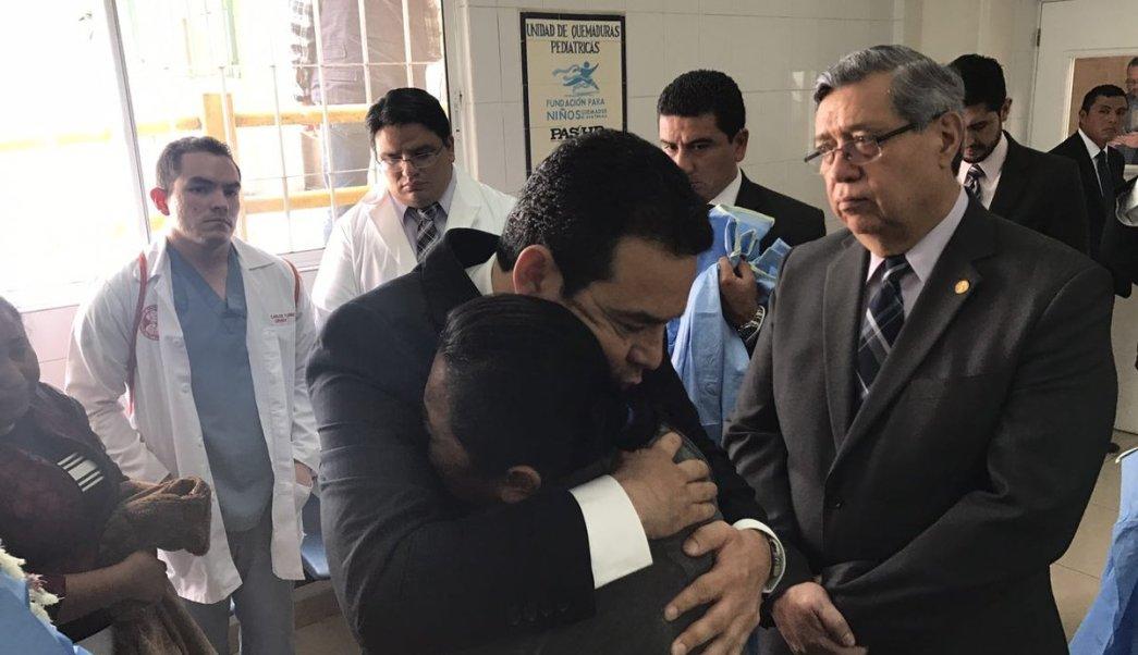Presidente de Guatemala verifica atención y estado de las niñas del Hogar Virgen de la Asunción en el Hospital Roosevelt. (Twitter @GuatemalaGob)